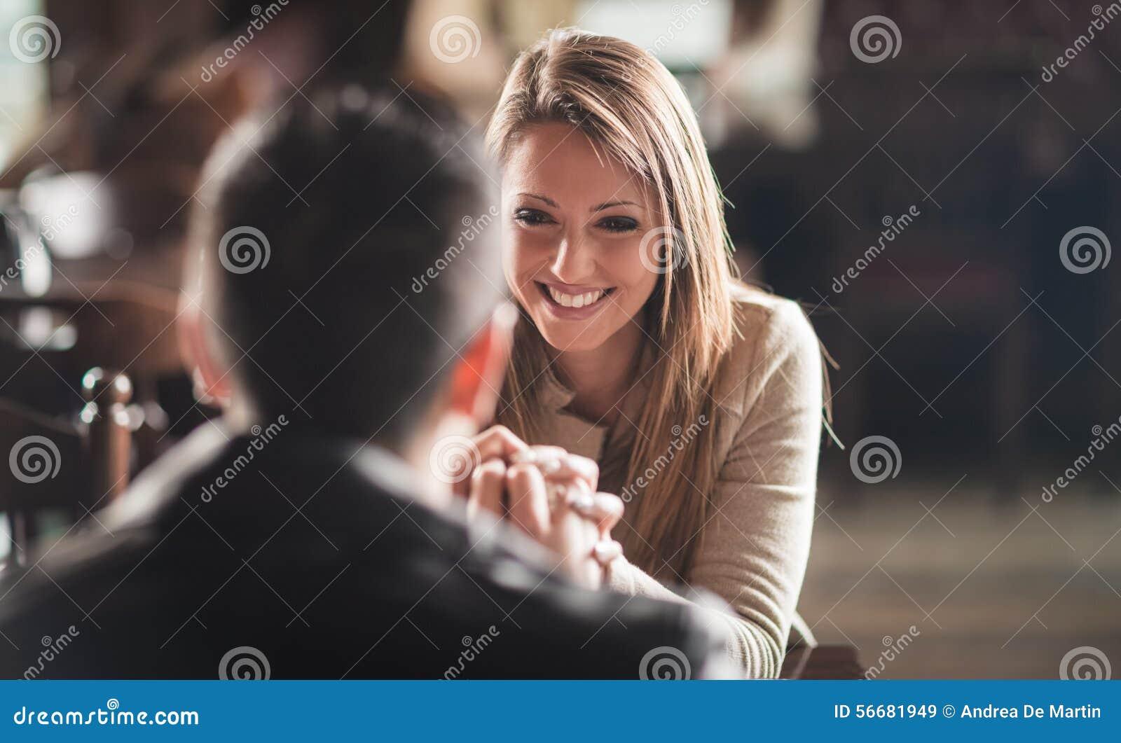 Романтичные пары держа руки на баре