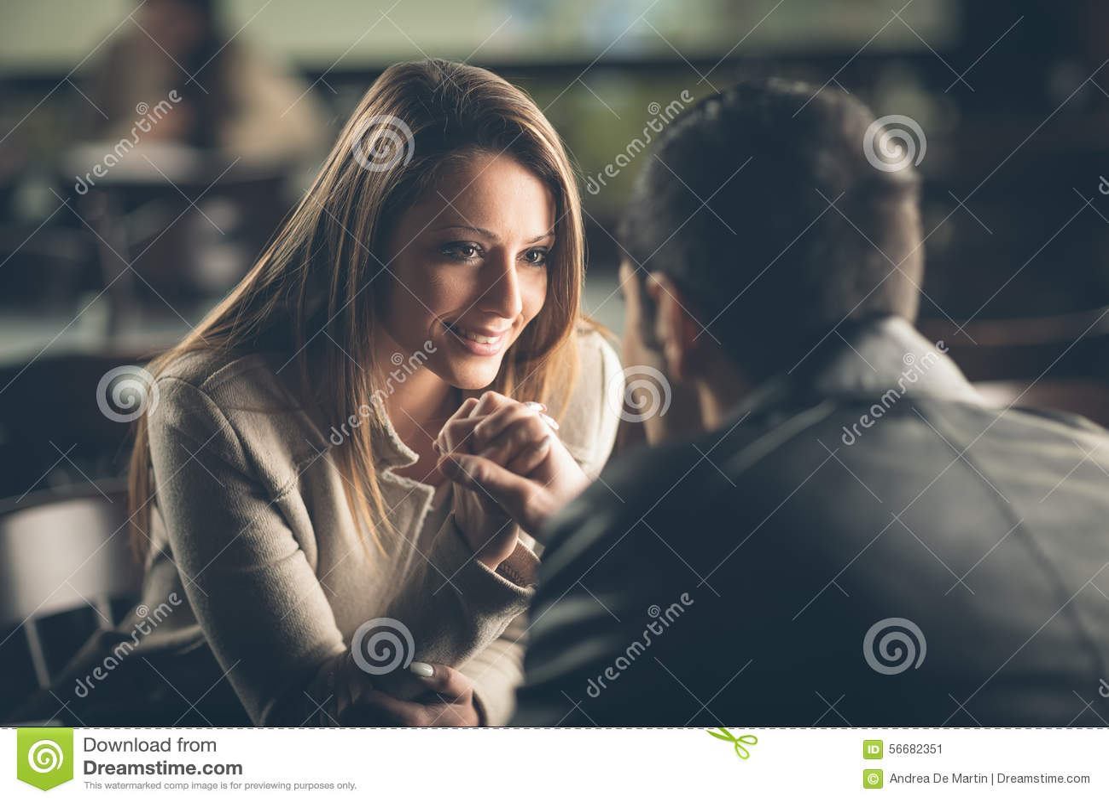 Романтичные пары flirting на баре