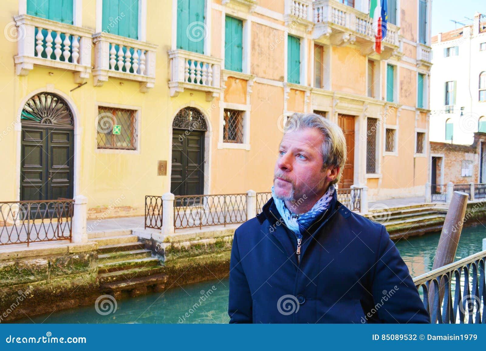 Романтичный пристальный взгляд и турист в Венеции, Италии