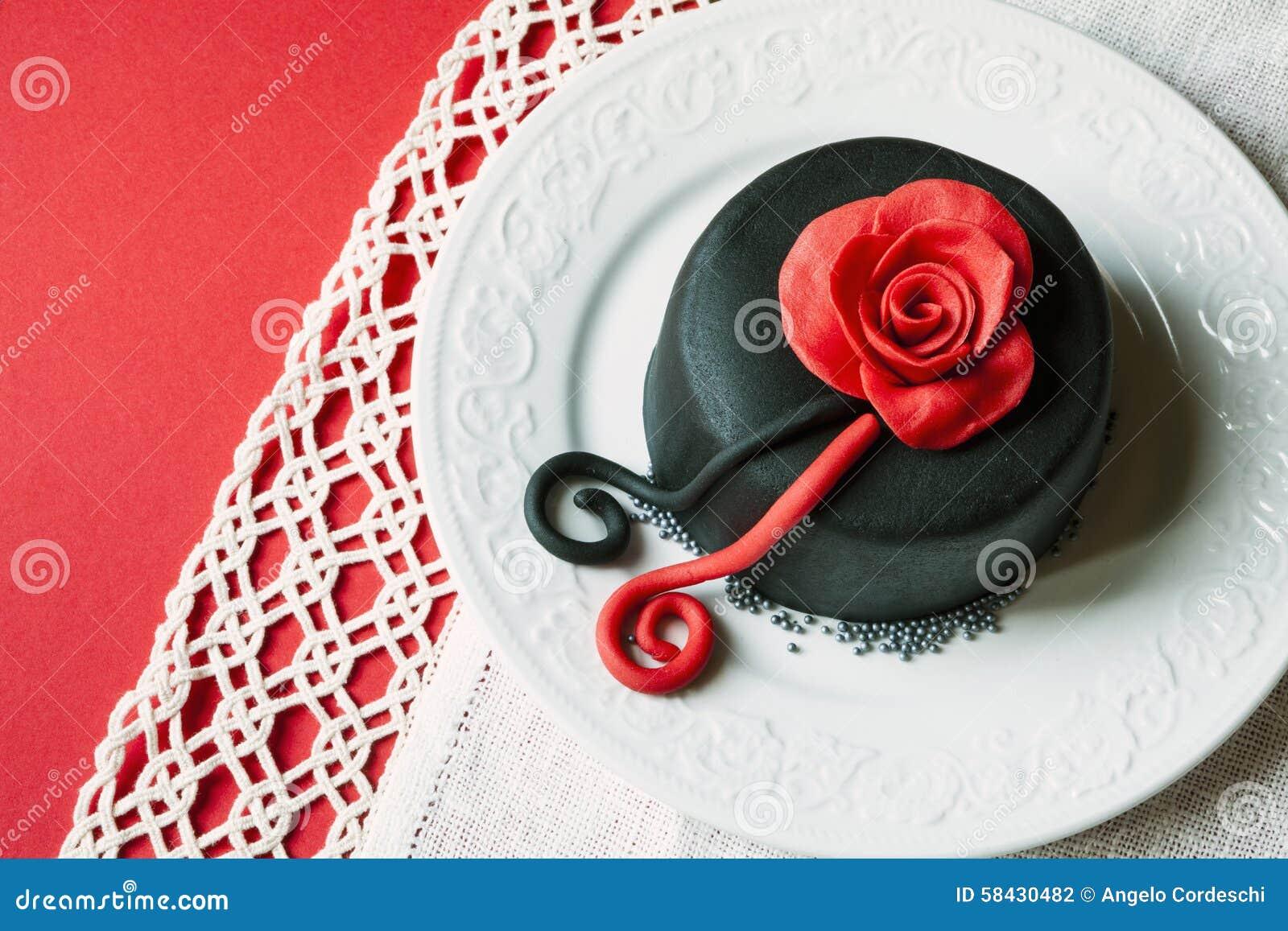 Романтичный торт на плите с украшениями Поднял выше Красная предпосылка