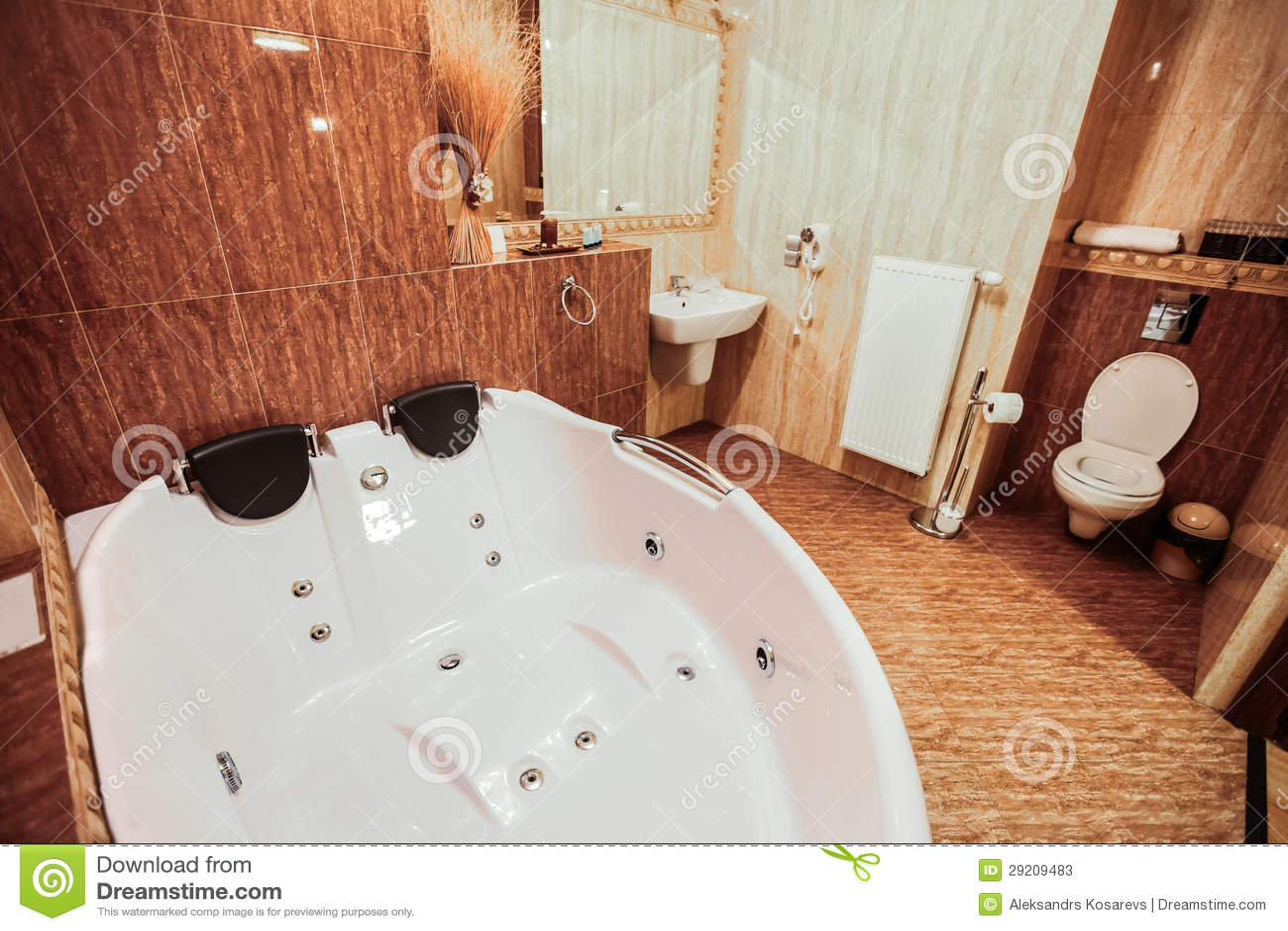Роскошная ванная комната с исполинским jacuzzi