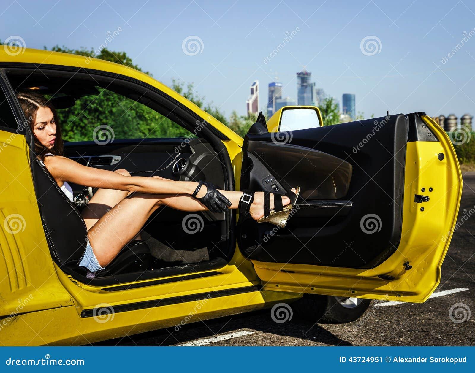 можете скролить, три девушки возле желтой машины картинки говорить