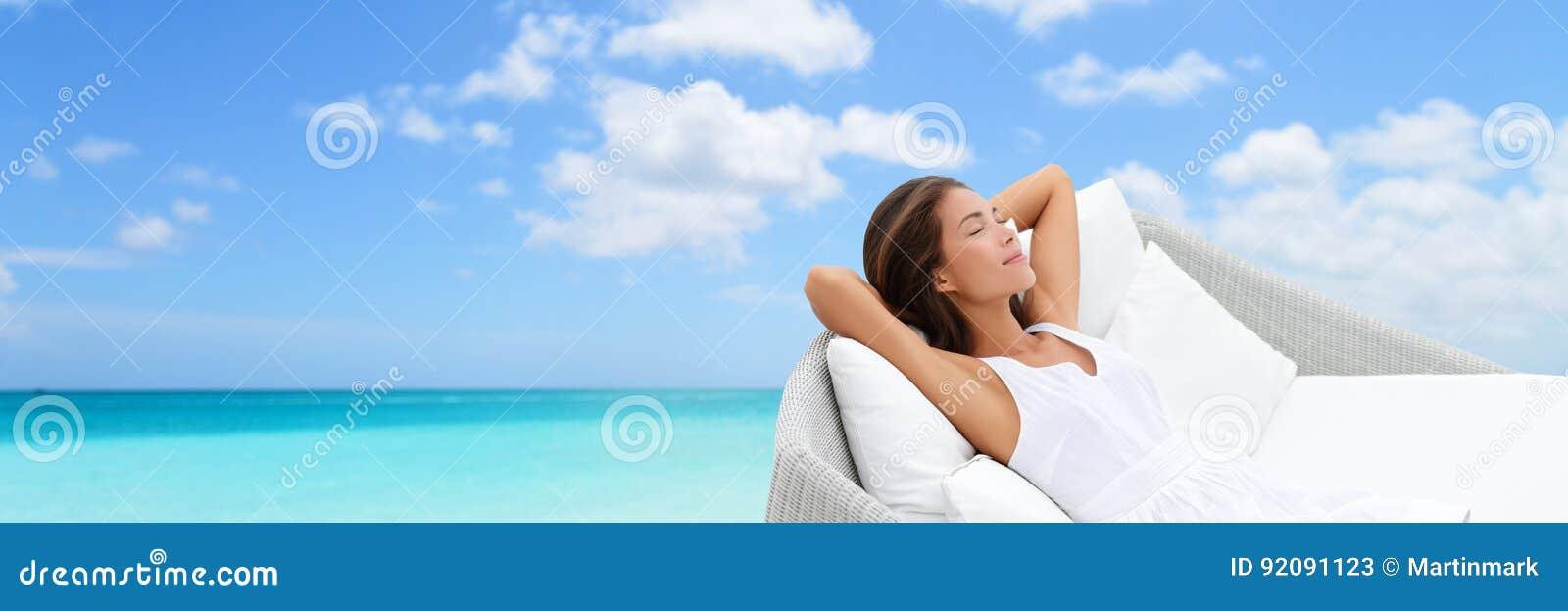 Роскошная женщина каникул ослабляя на кушетке пляжа