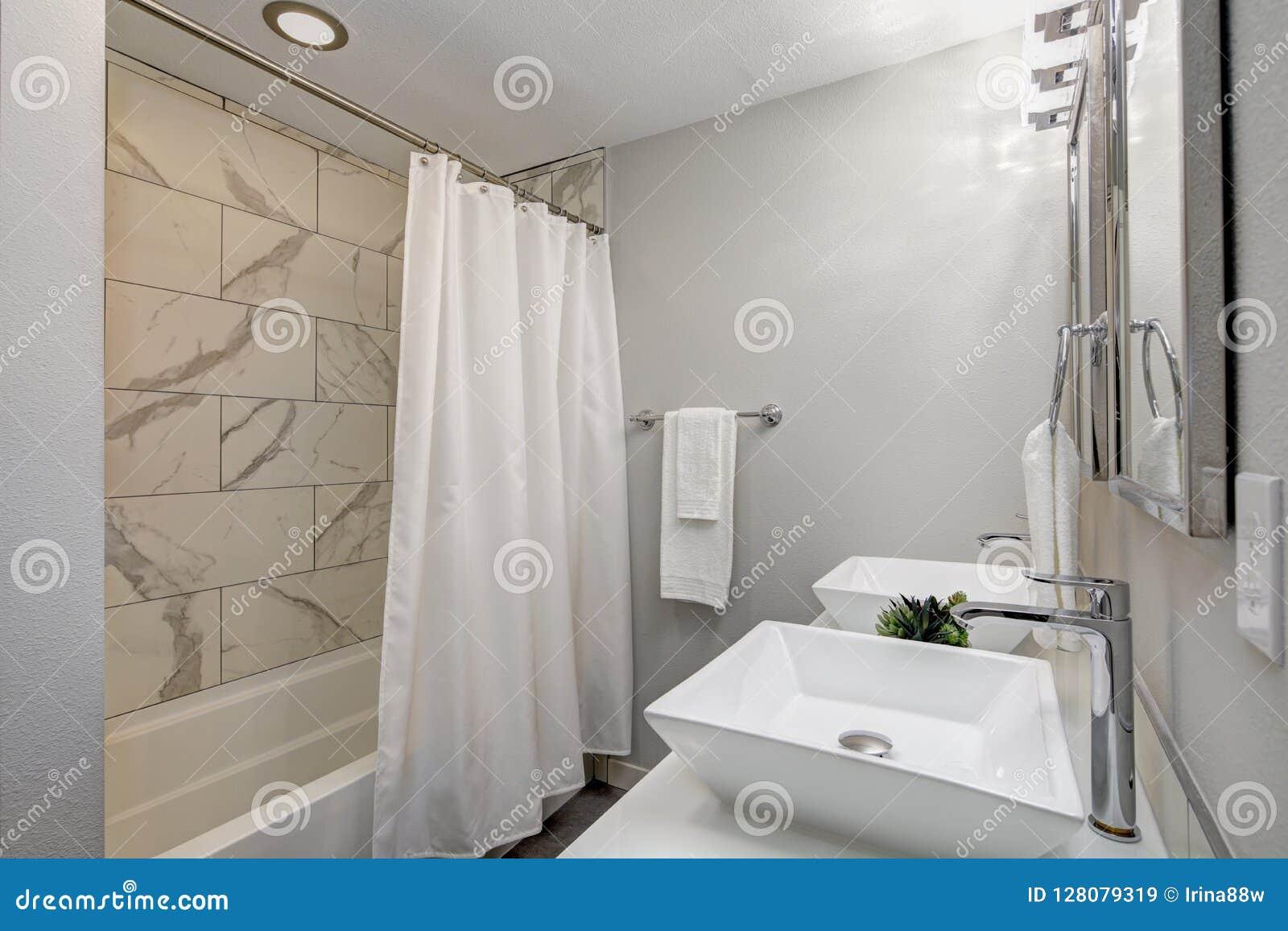 Роскошная мастерская ванна с мраморной плиткой