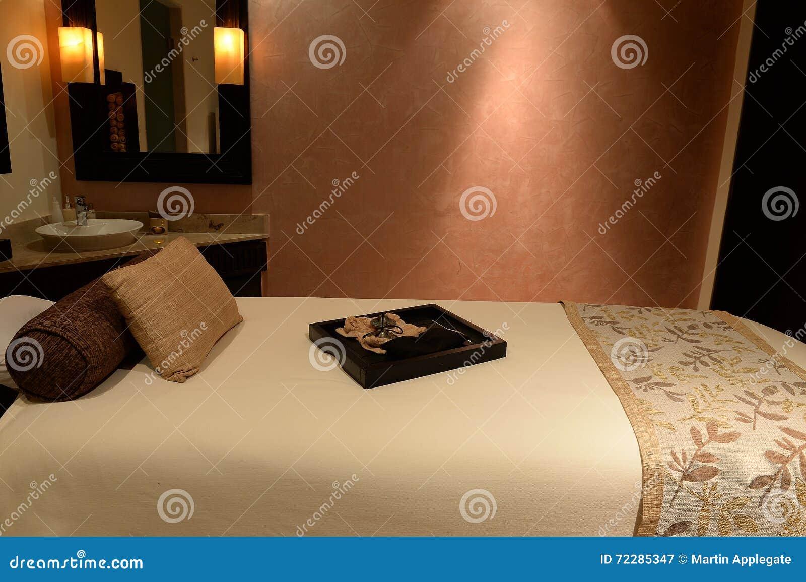Download Роскошная таблица массажа стоковое изображение. изображение насчитывающей удобно - 72285347
