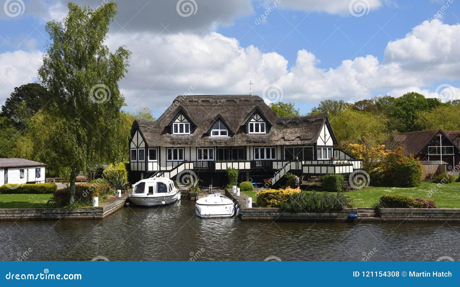 Роскошное свойство на банках реки Bure на Horning Норфолке Англии