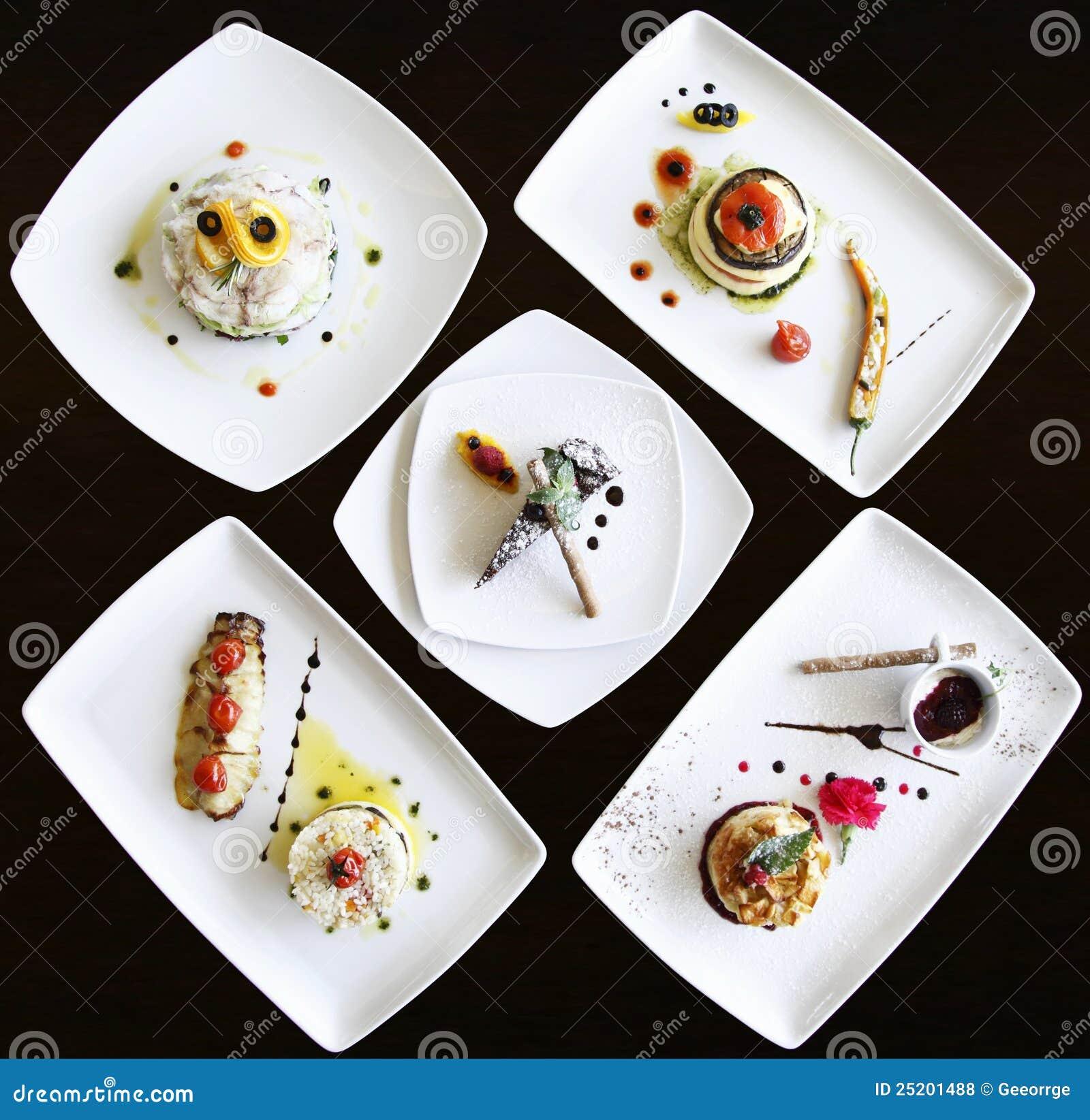 роскошь тарелок подготовила комплект ресторана