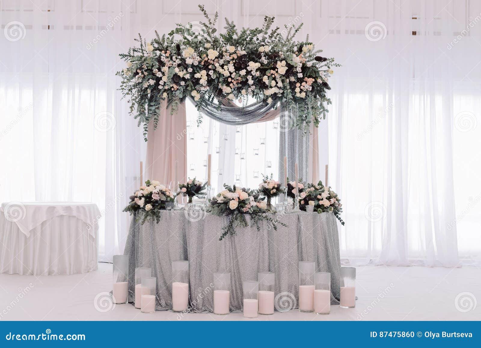 Роскошь украсила таблицу новобрачных замужества