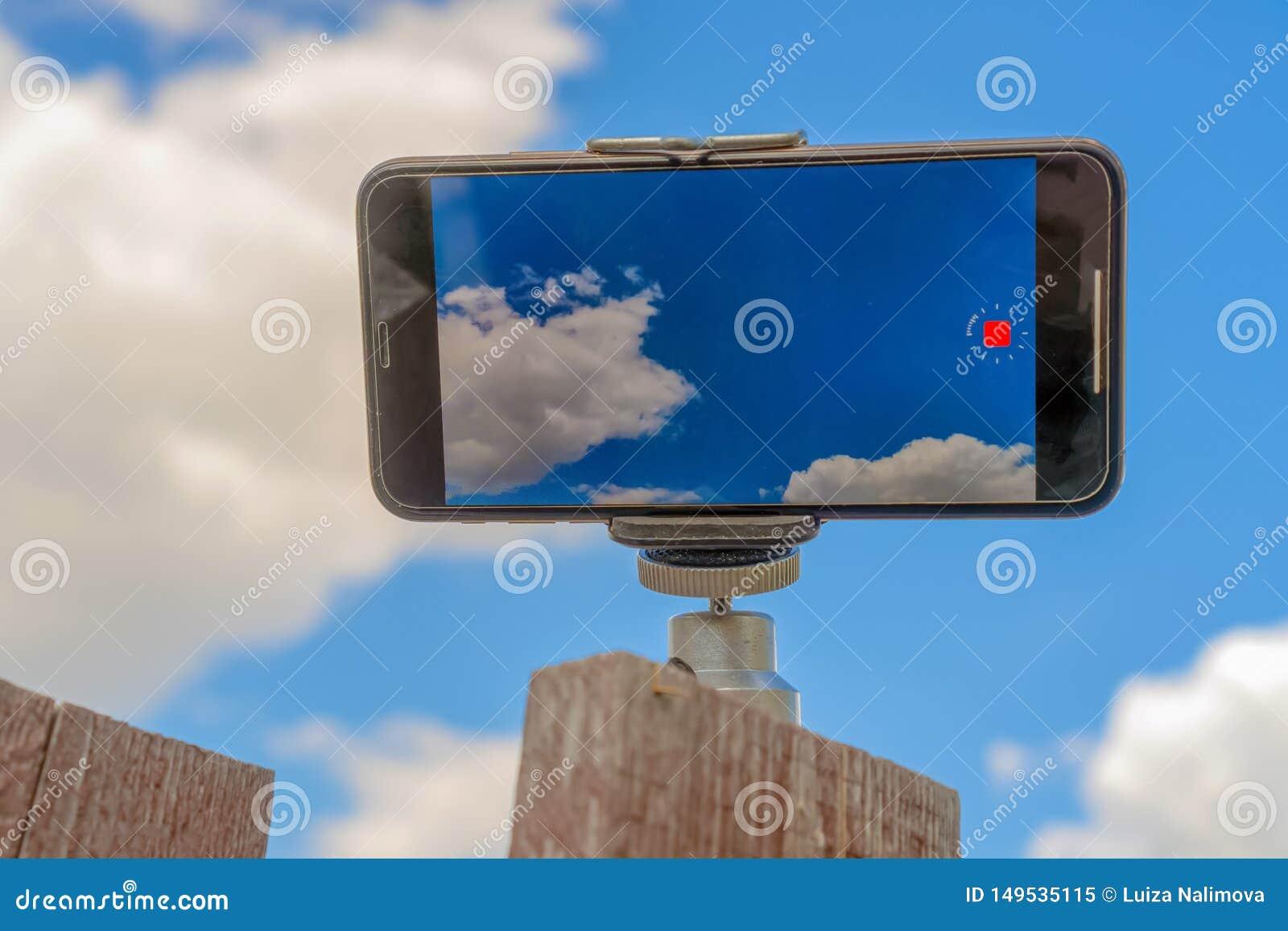 Россия, Казань - 10-ое мая 2019: iPhone XS снимает видео- промежуток времени Фото неба на iPhone XS