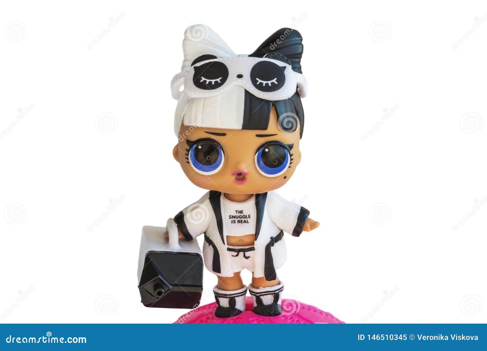 Россия, Severodvinsk, 04 20 2019 Милый маленький l O L Кукла сюрприза с аксессуарами Ее имя малыш Snuggle o
