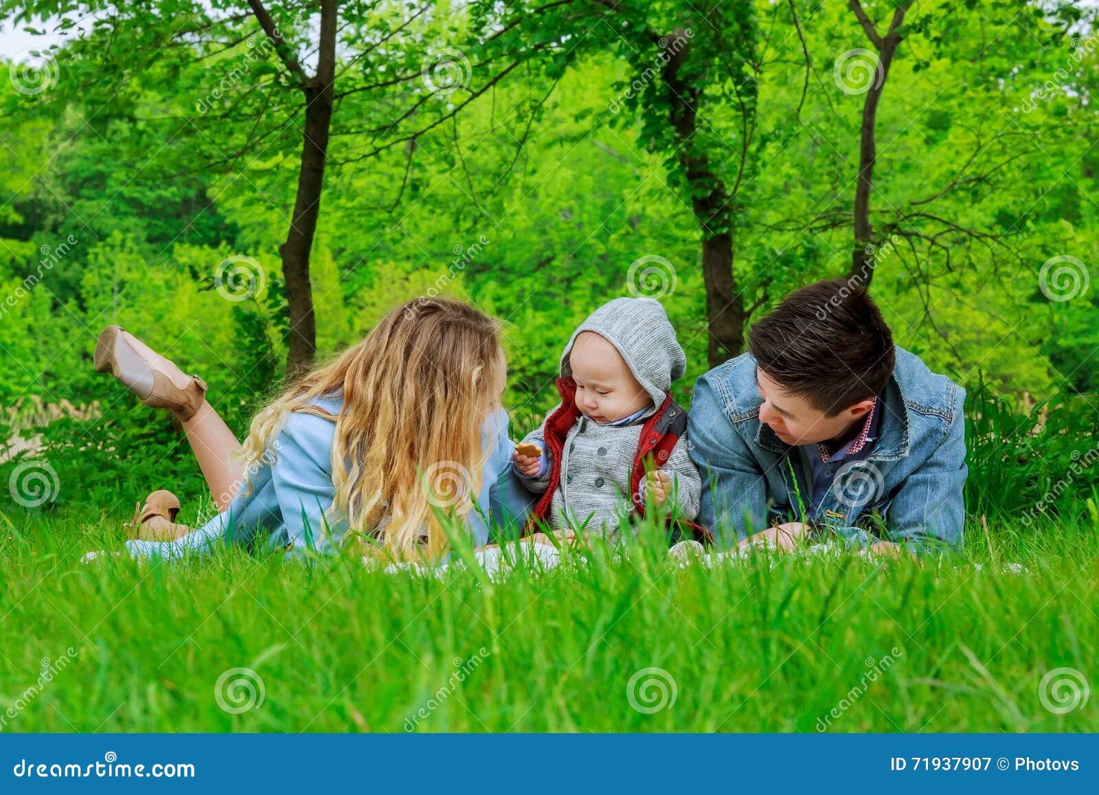 Родители с лужайкой в парке
