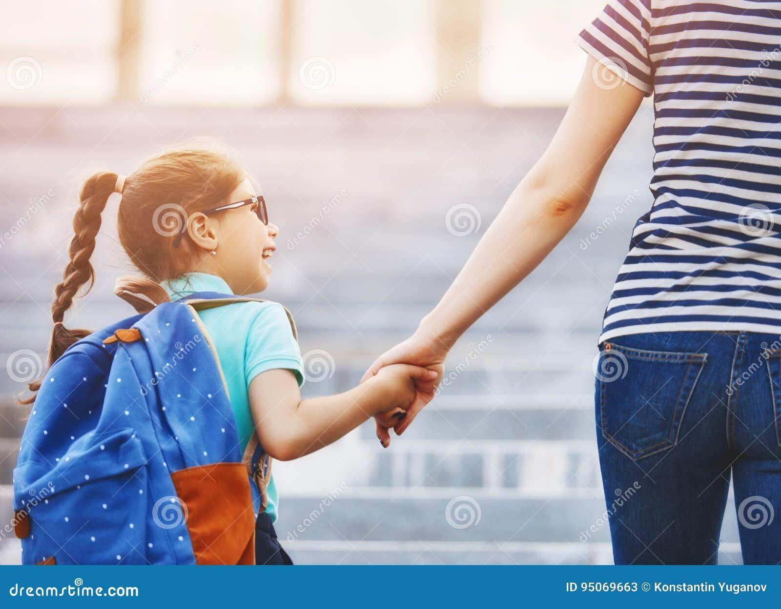 Родитель и зрачок идут к школе