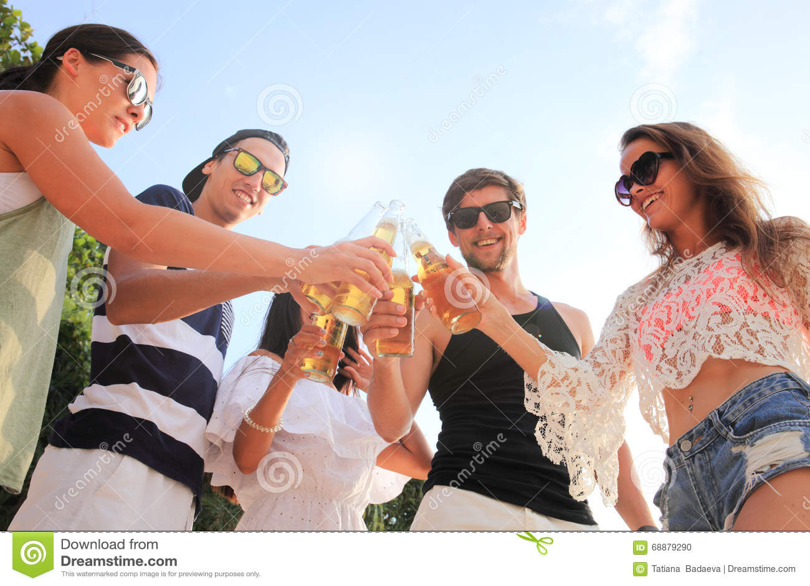 друзья пива выпивая