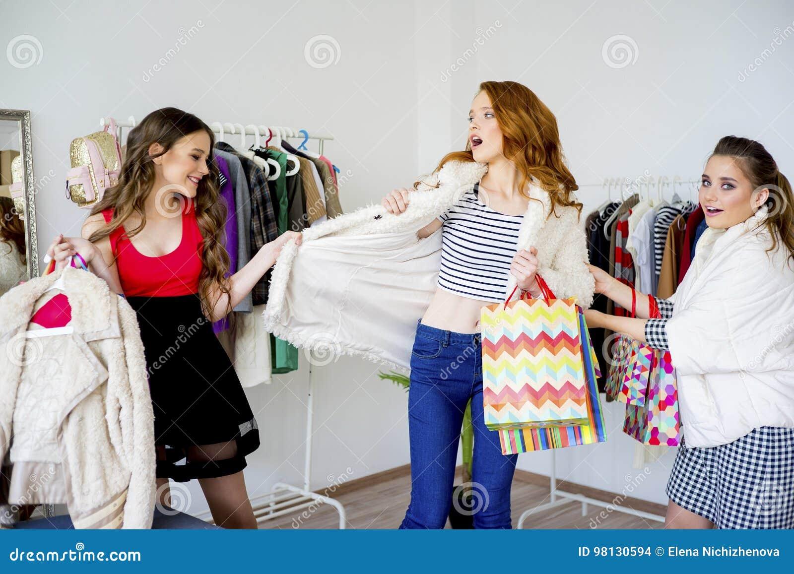 друзья ходя по магазинам совместно