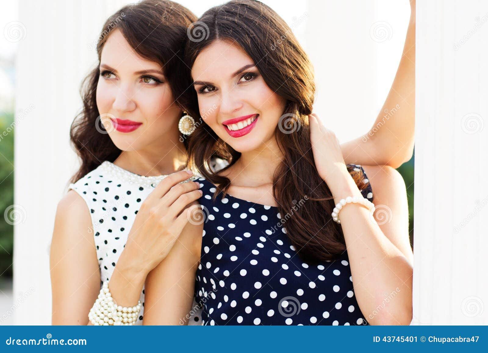 2 друз маленьких девочек нося славные платья
