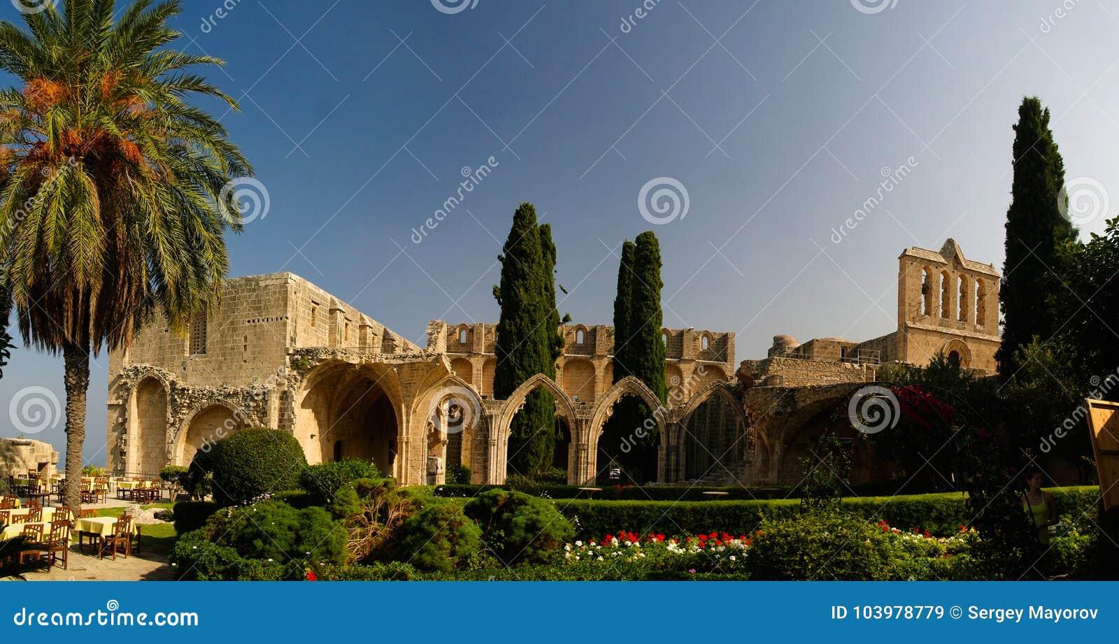 Руины аббатства Bellapais на Kyrenia, Кипре