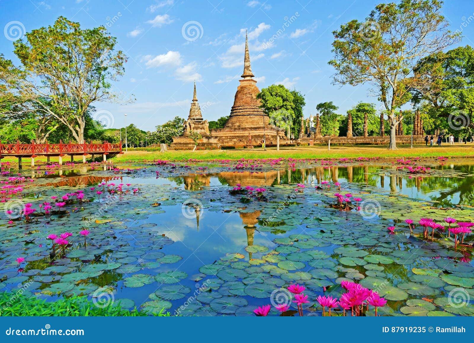 Руины буддийского виска красивого взгляда пейзажа сценарного старые Wat Sa Si в парке Sukhothai историческом, Таиланд
