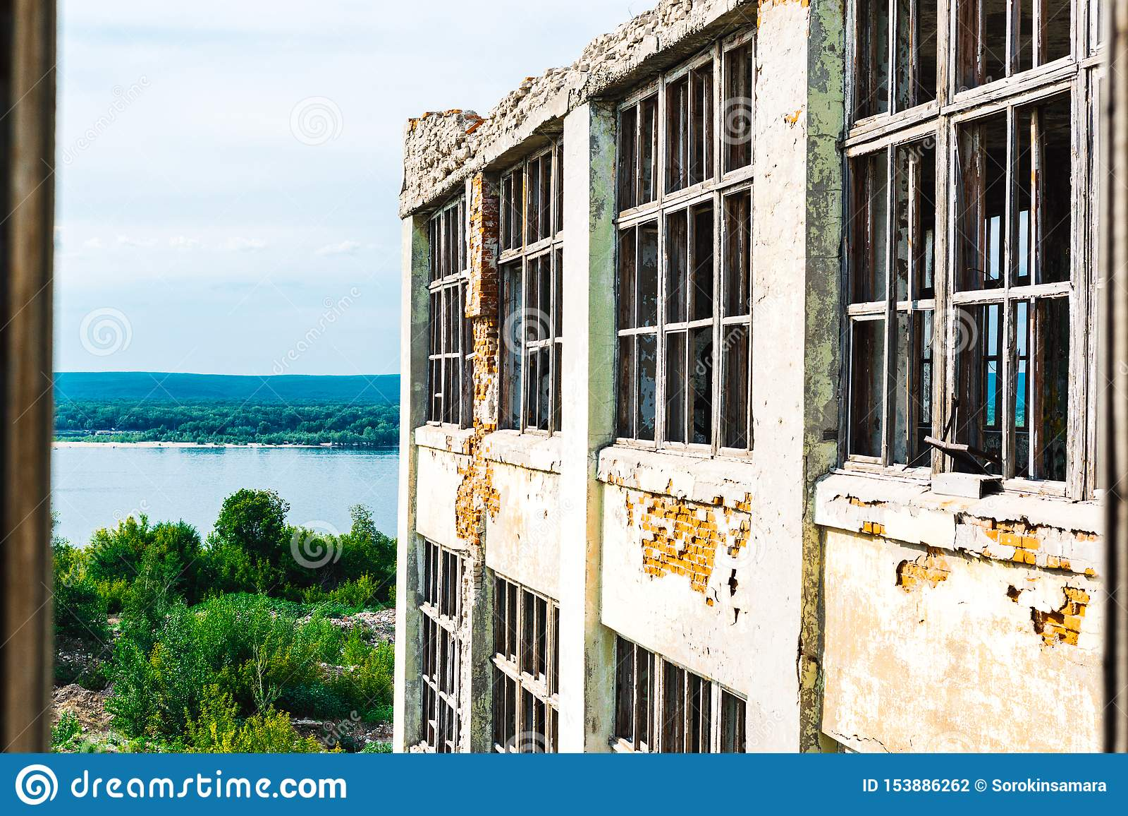 Руины бывшего промышленного предприятия