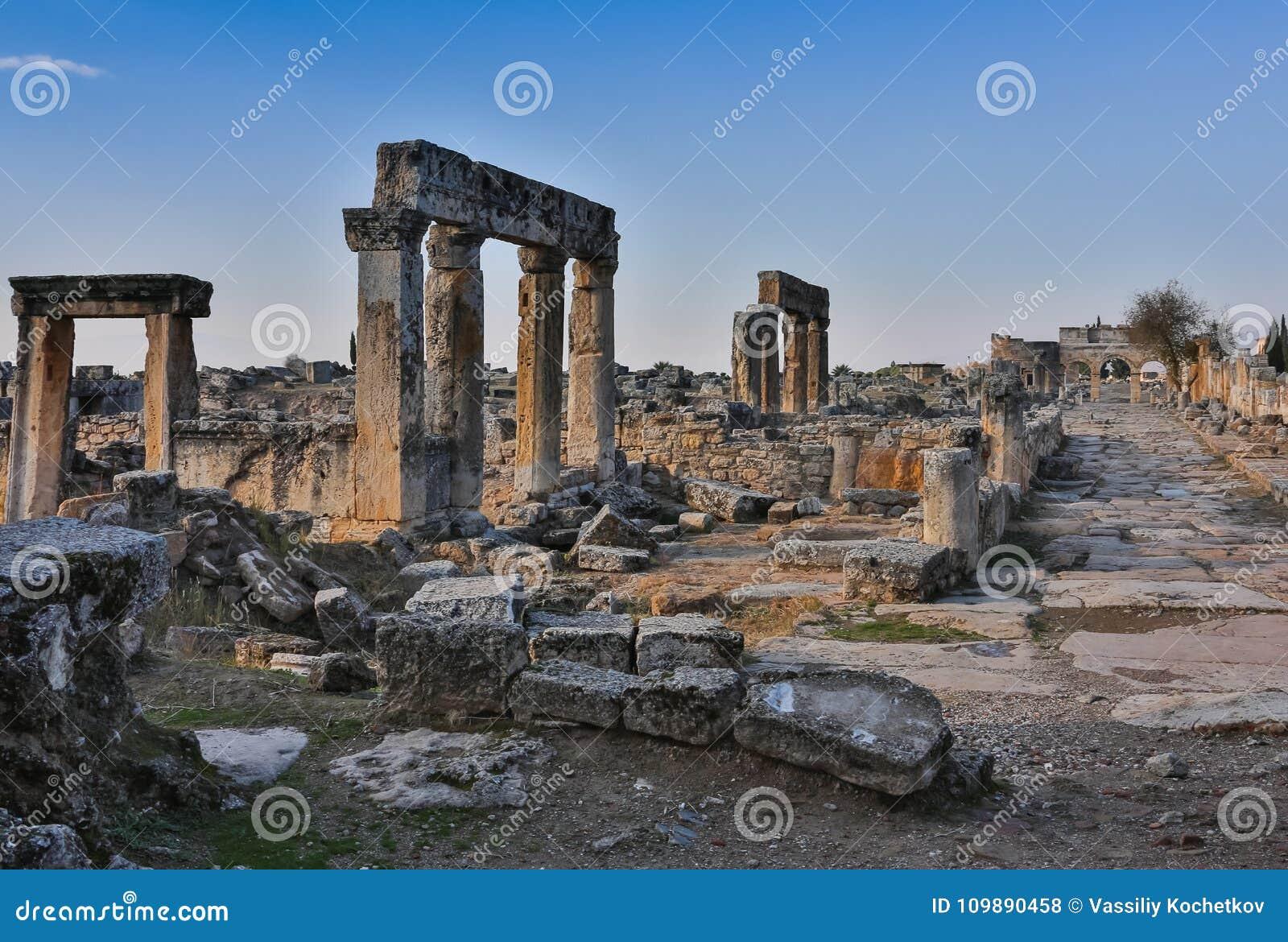 Руины виска Appollo с крепостью на задней части в старом Коринфе, Пелопоннесе, Греции