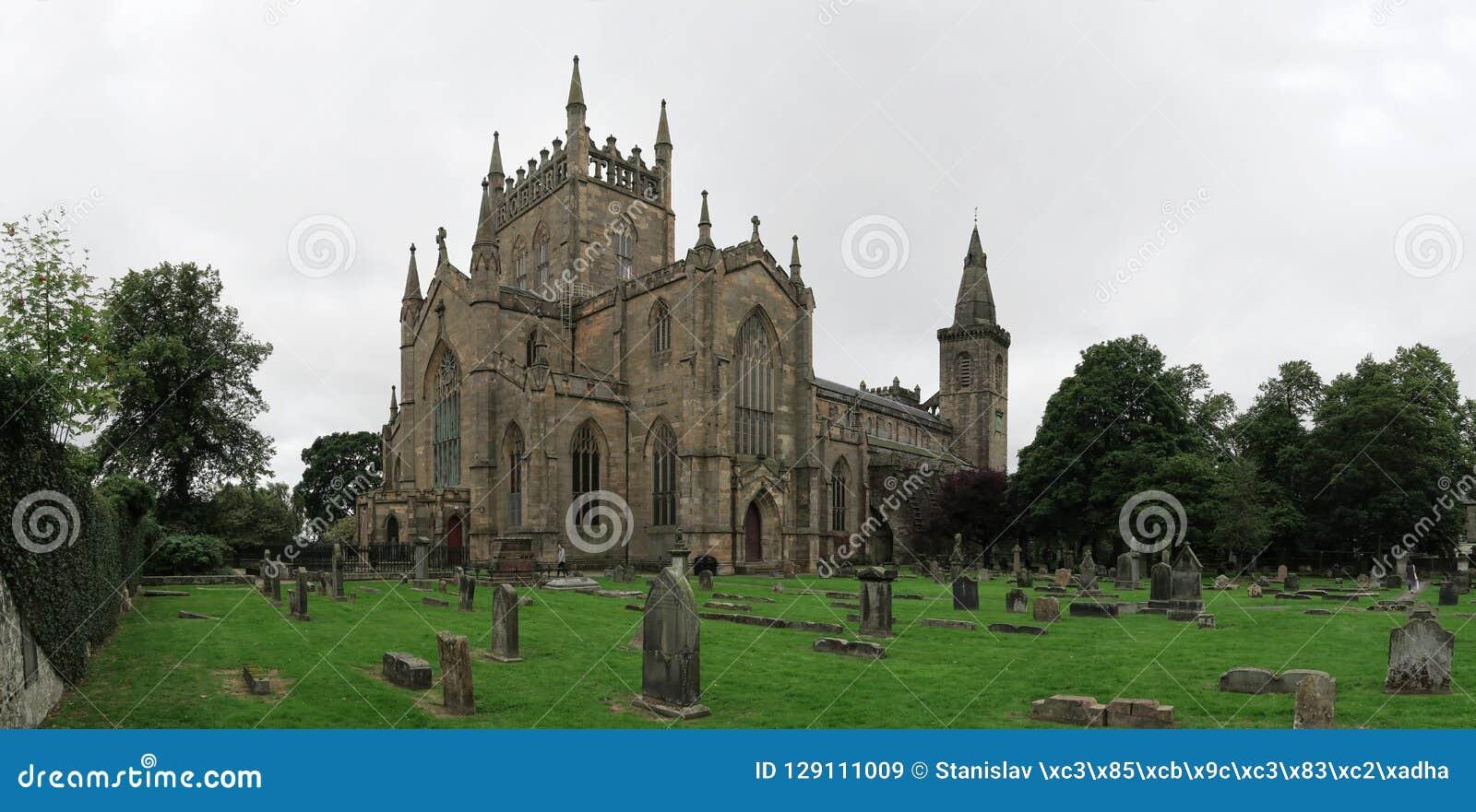Руины дворца & аббатства Dunfermline в Шотландии