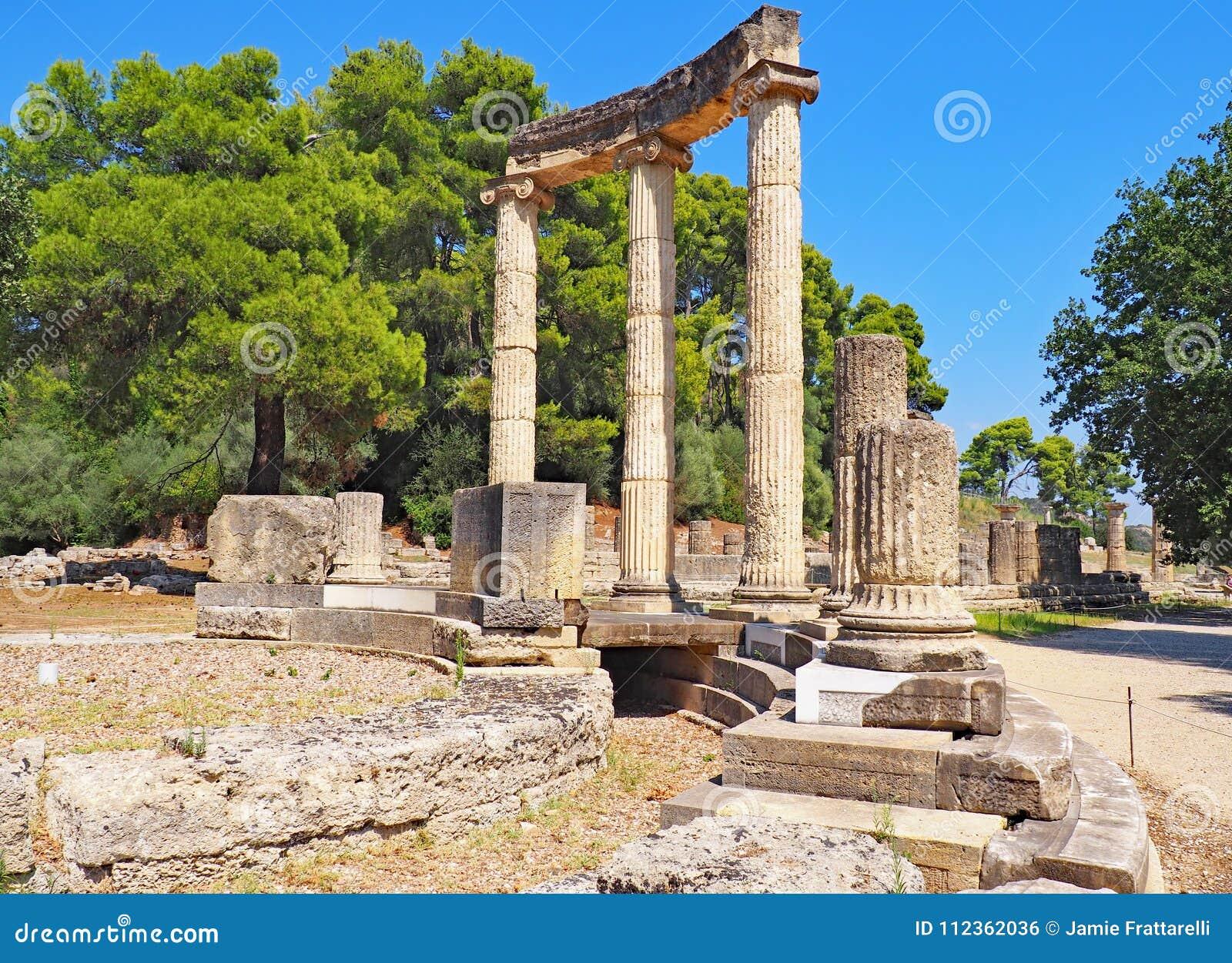 Руины на месте старой Олимпии в Греции