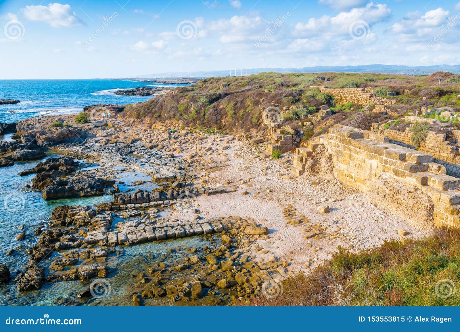Руины старого порта Phoenician и израильтянина Dor