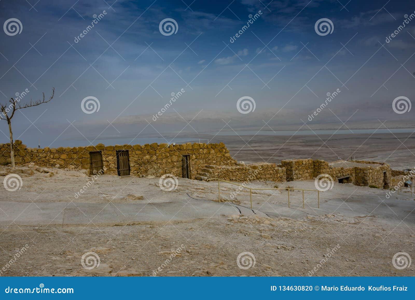 Руины masada и пустыни judea