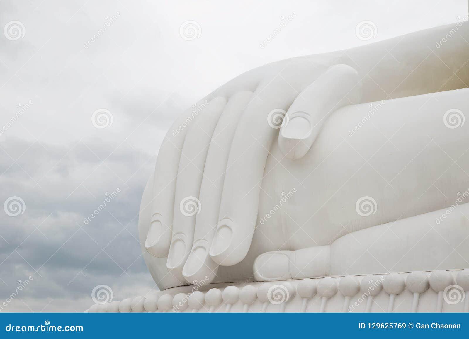 Рука белой предпосылки Будды небесно-голубой
