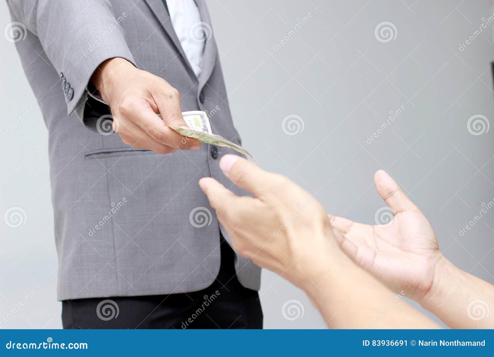Рука бизнесмена держа доллар США, USD счеты, деньги банкноты доллара предложений и деньги давать оплатили для что-то мимо получаю