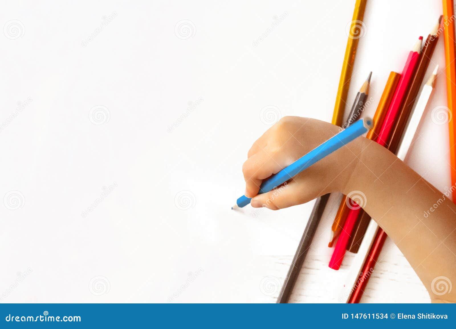 Рука детей рисует карандаш на белой бумаге