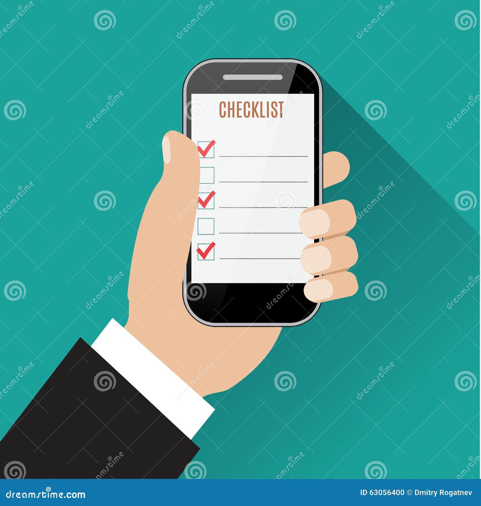 Рука держа smartphone с контрольным списоком