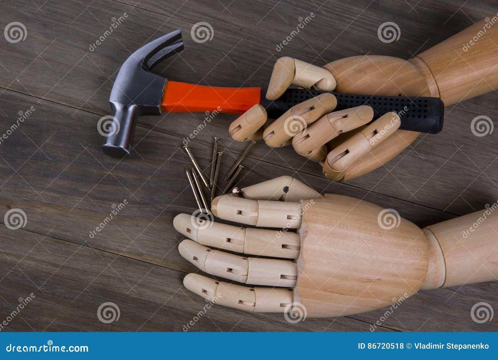 Рука держит молоток
