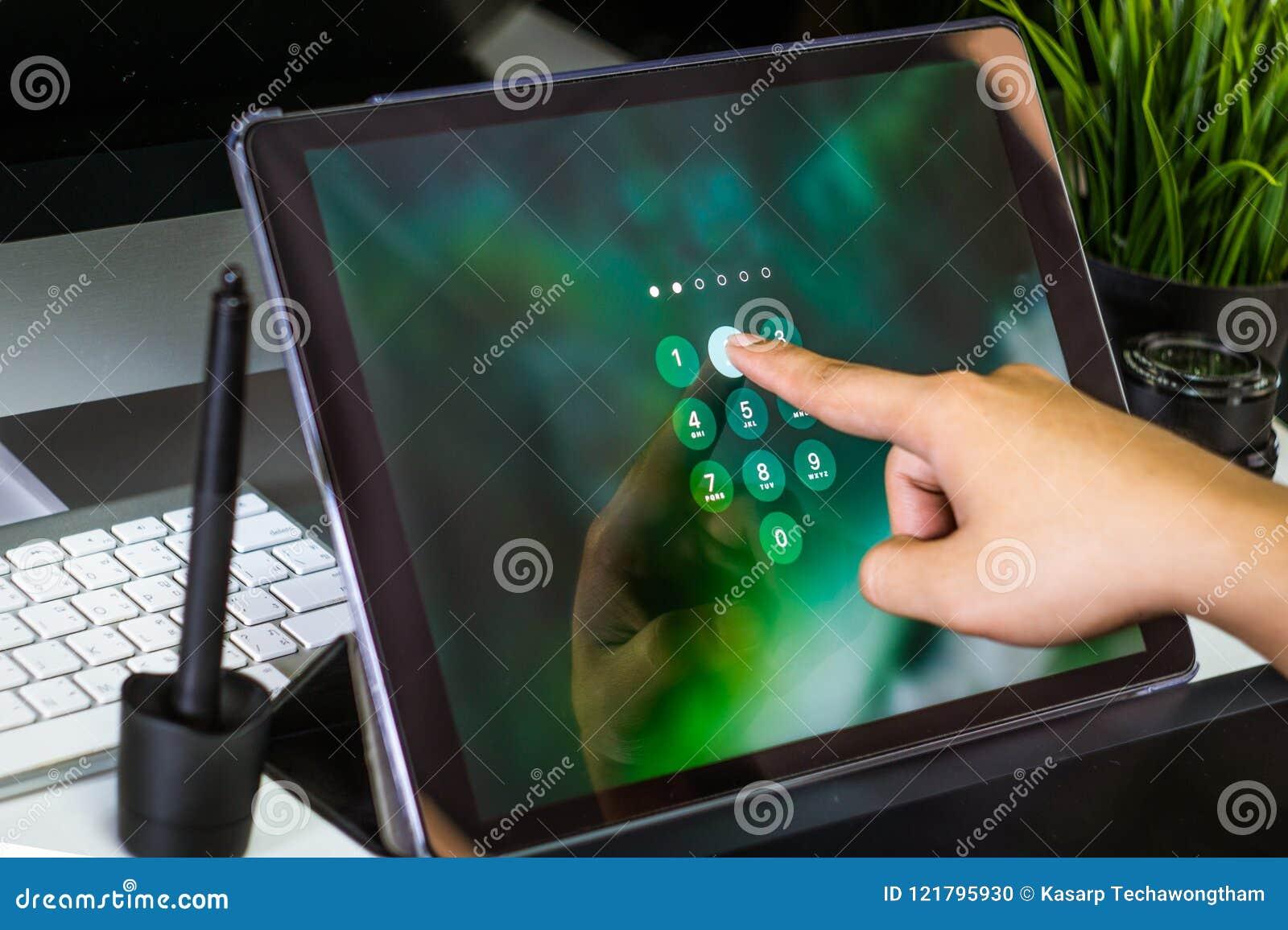 Рука женщин связывая планшет с именем пользователя пароля на scree