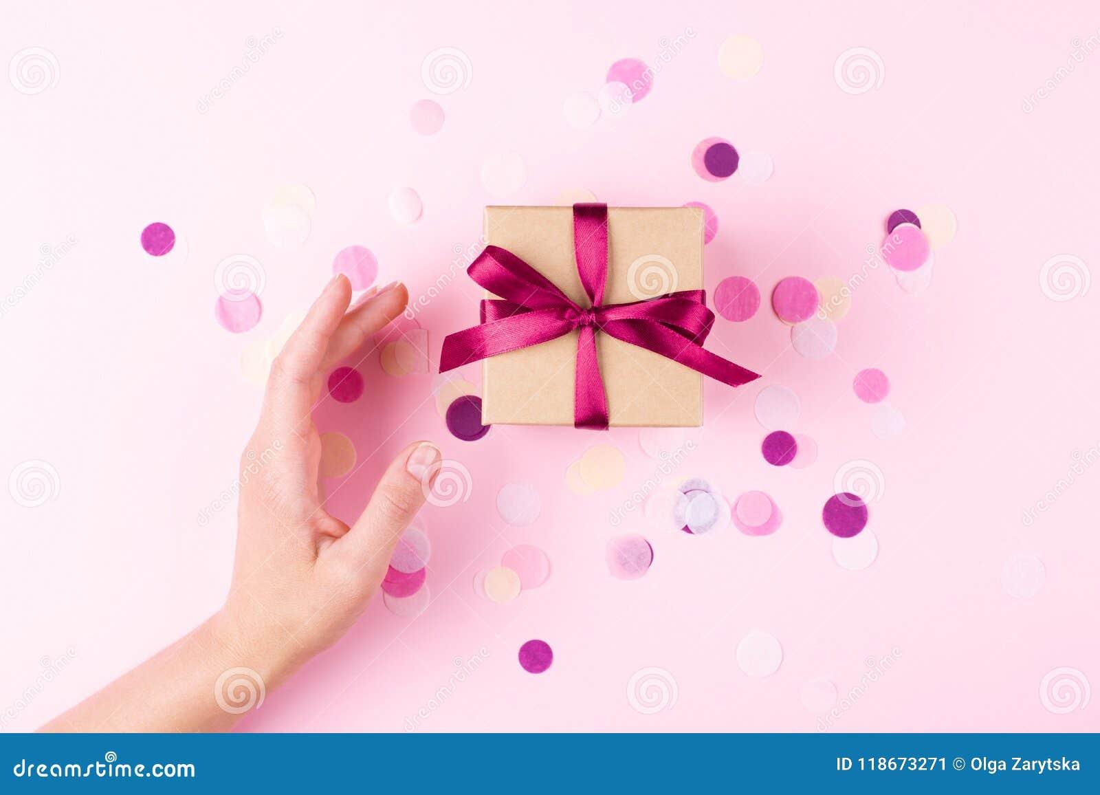 Рука и подарочная коробка женщины