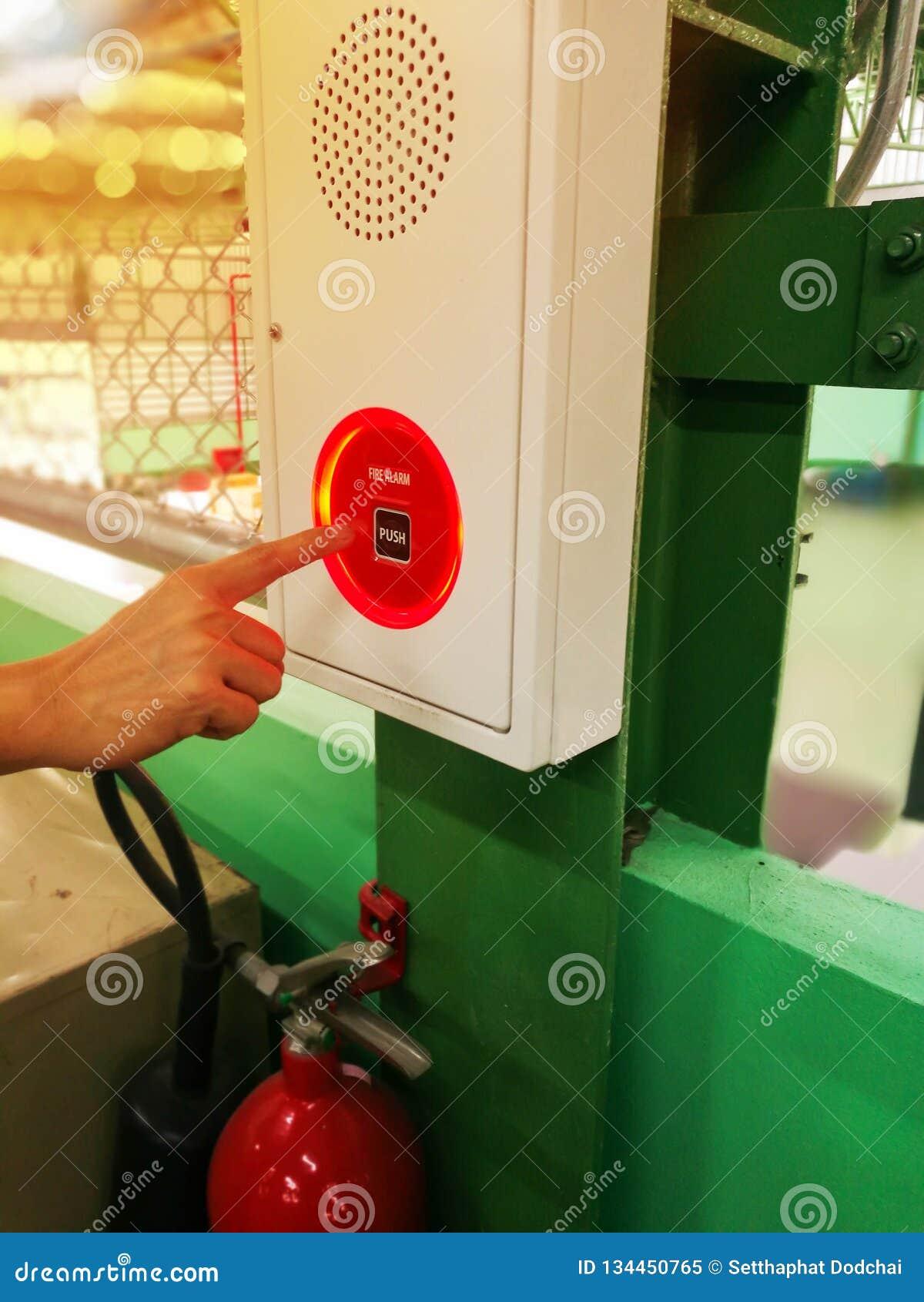 рука пожара сигнала тревоги нажимая переключатель