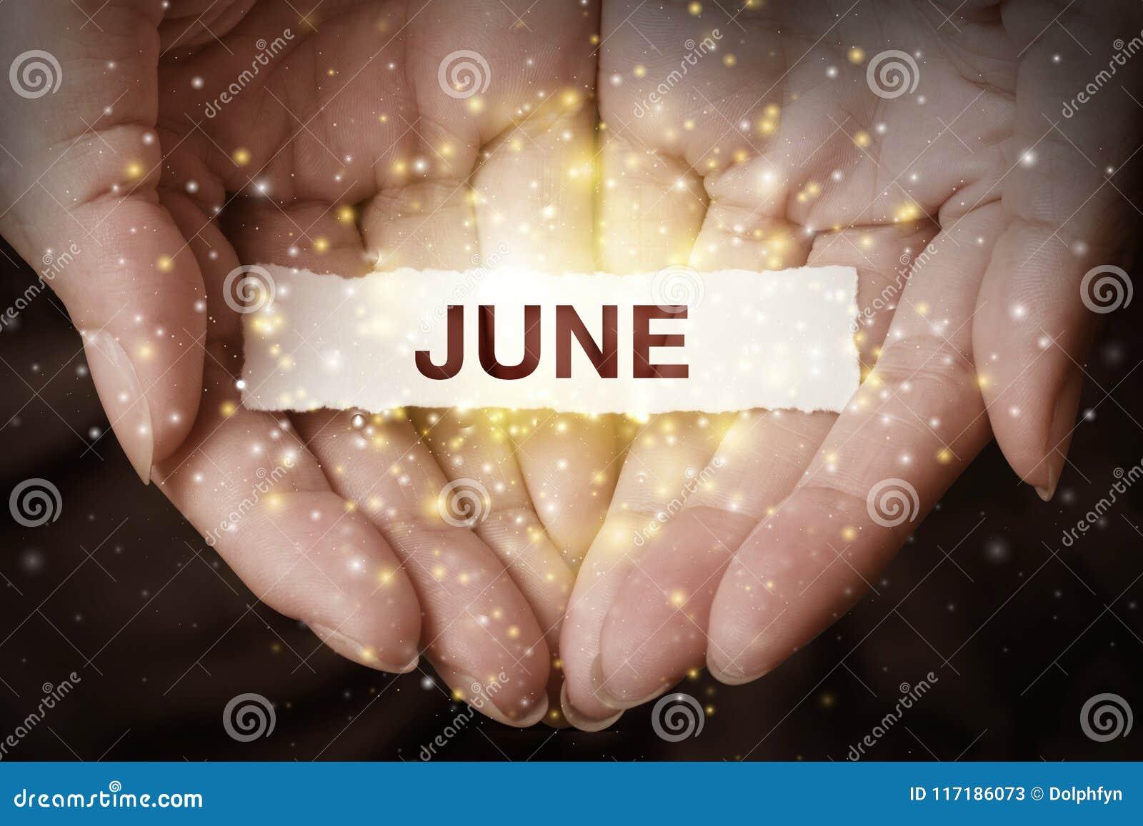 Рука показывая июнь