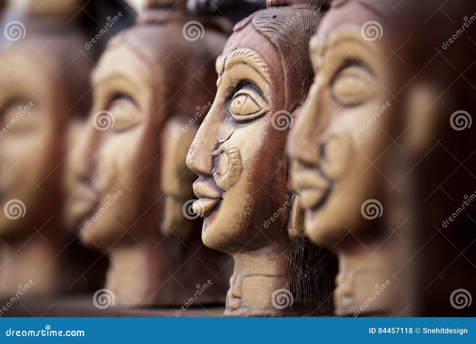 Рука произвела статуи глины