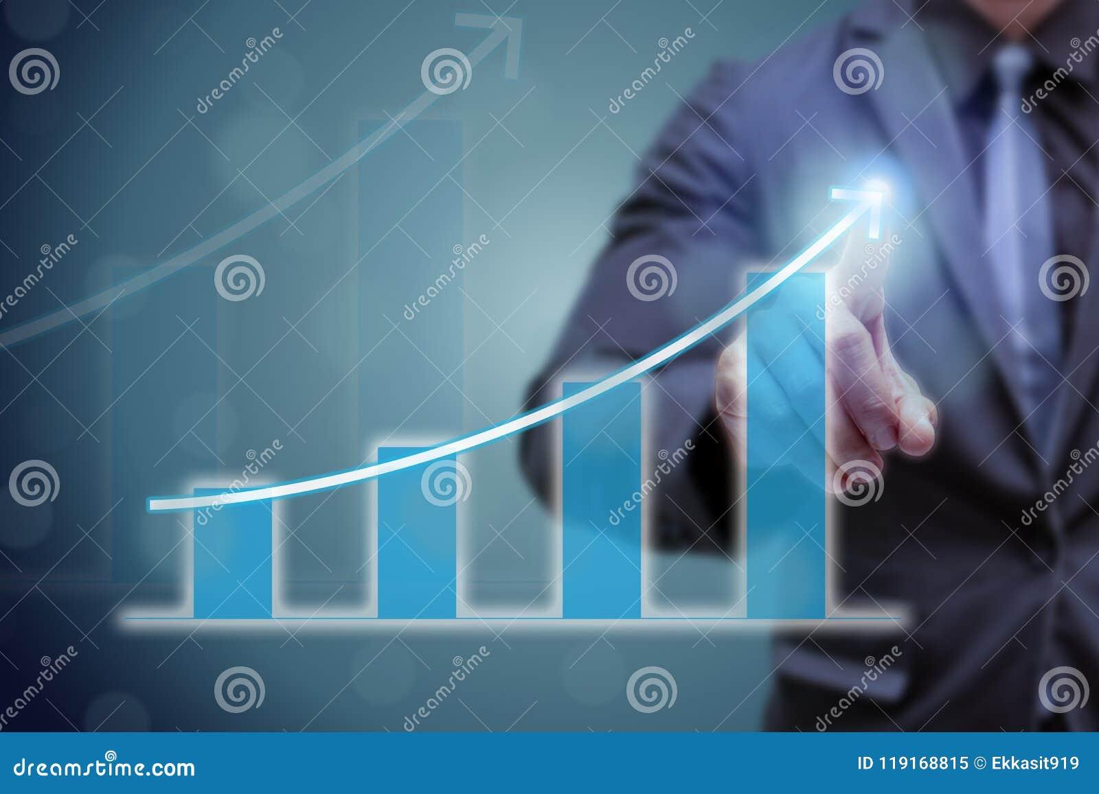 Рука пункта бизнесмена на верхней части диаграммы стрелки с высоким темпом роста Успех и растущая диаграмма роста в компании или