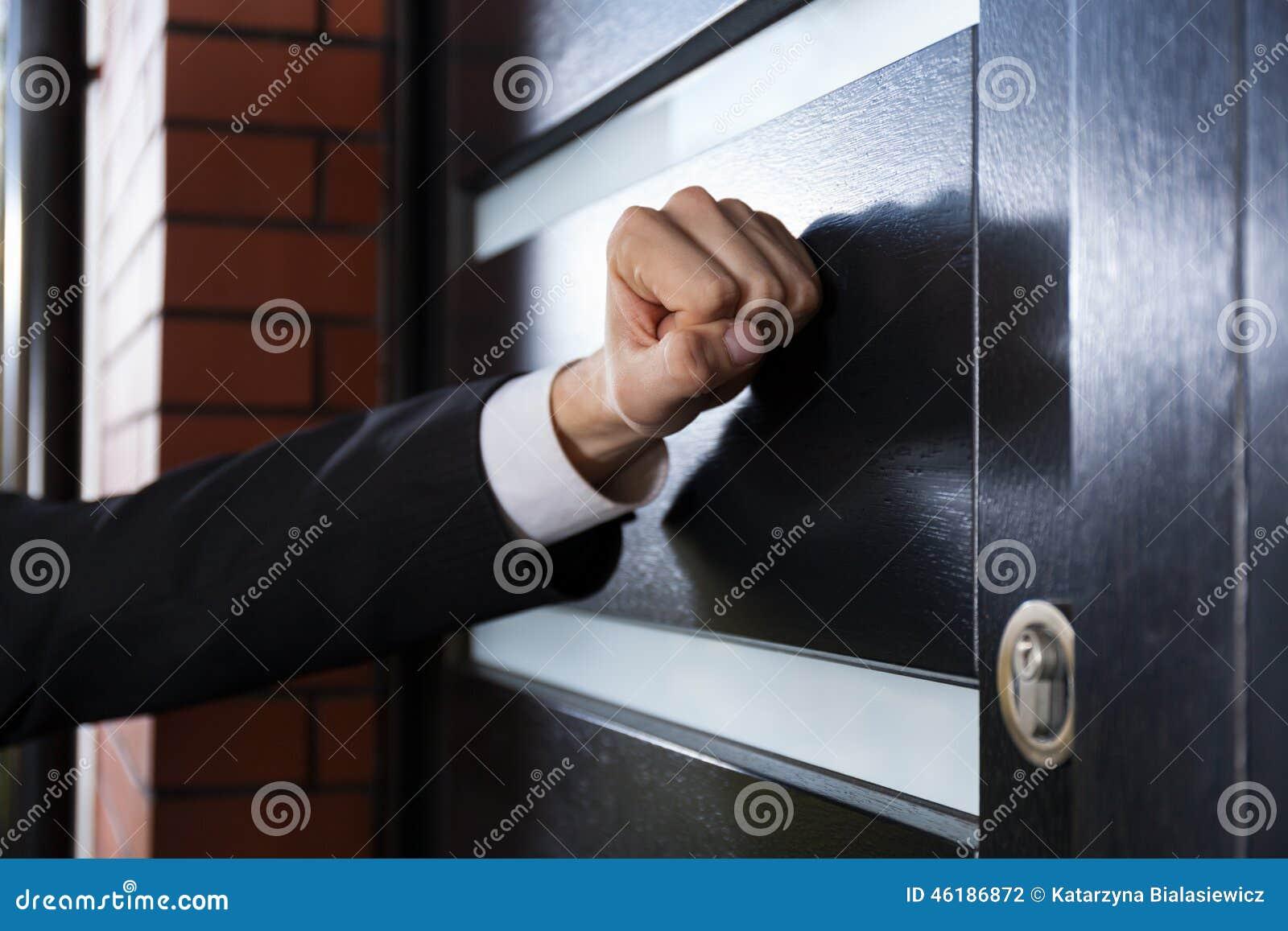 Рука стучая на двери