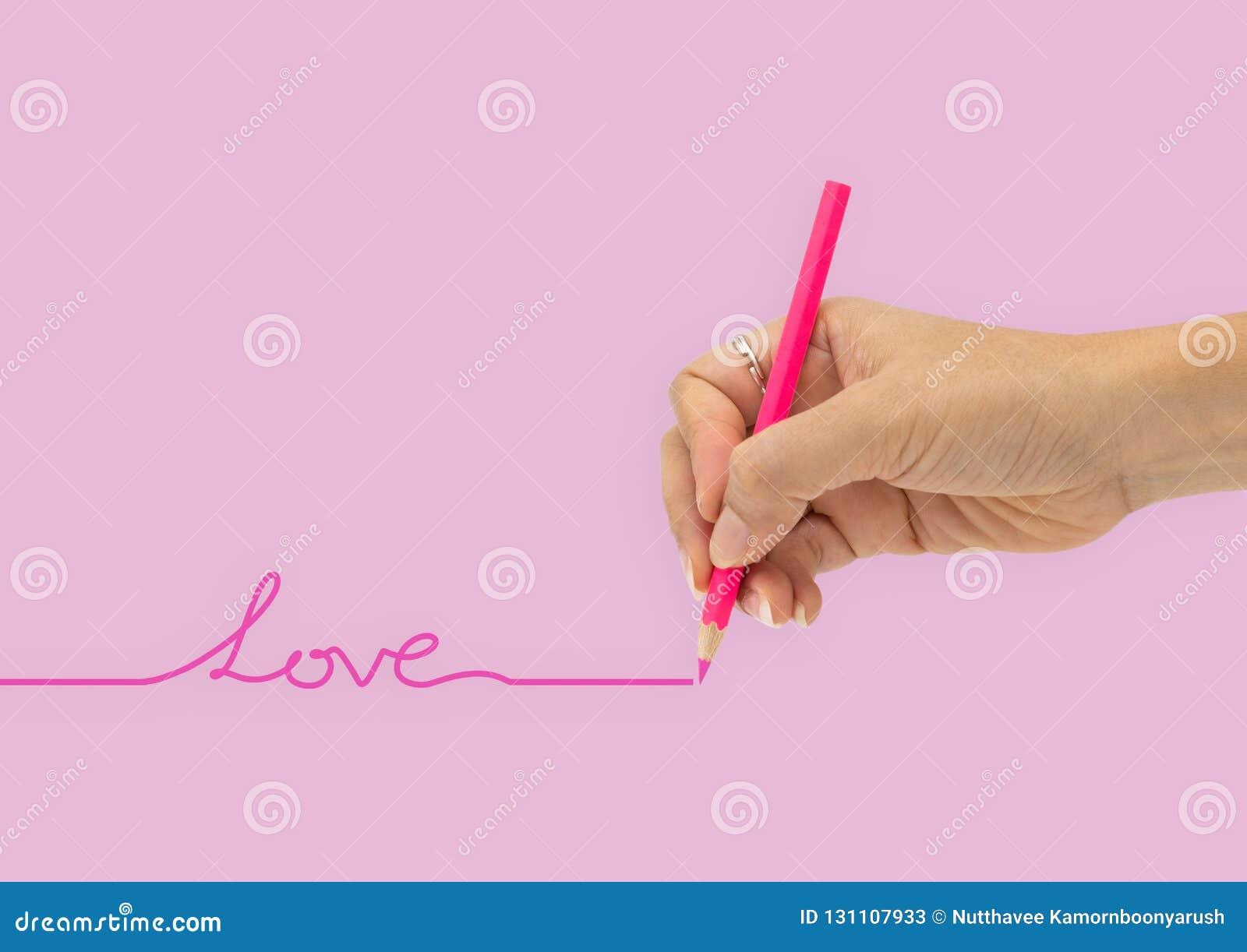 Рука с карандашем цвета пишет изолированную линию любов на розовом ба