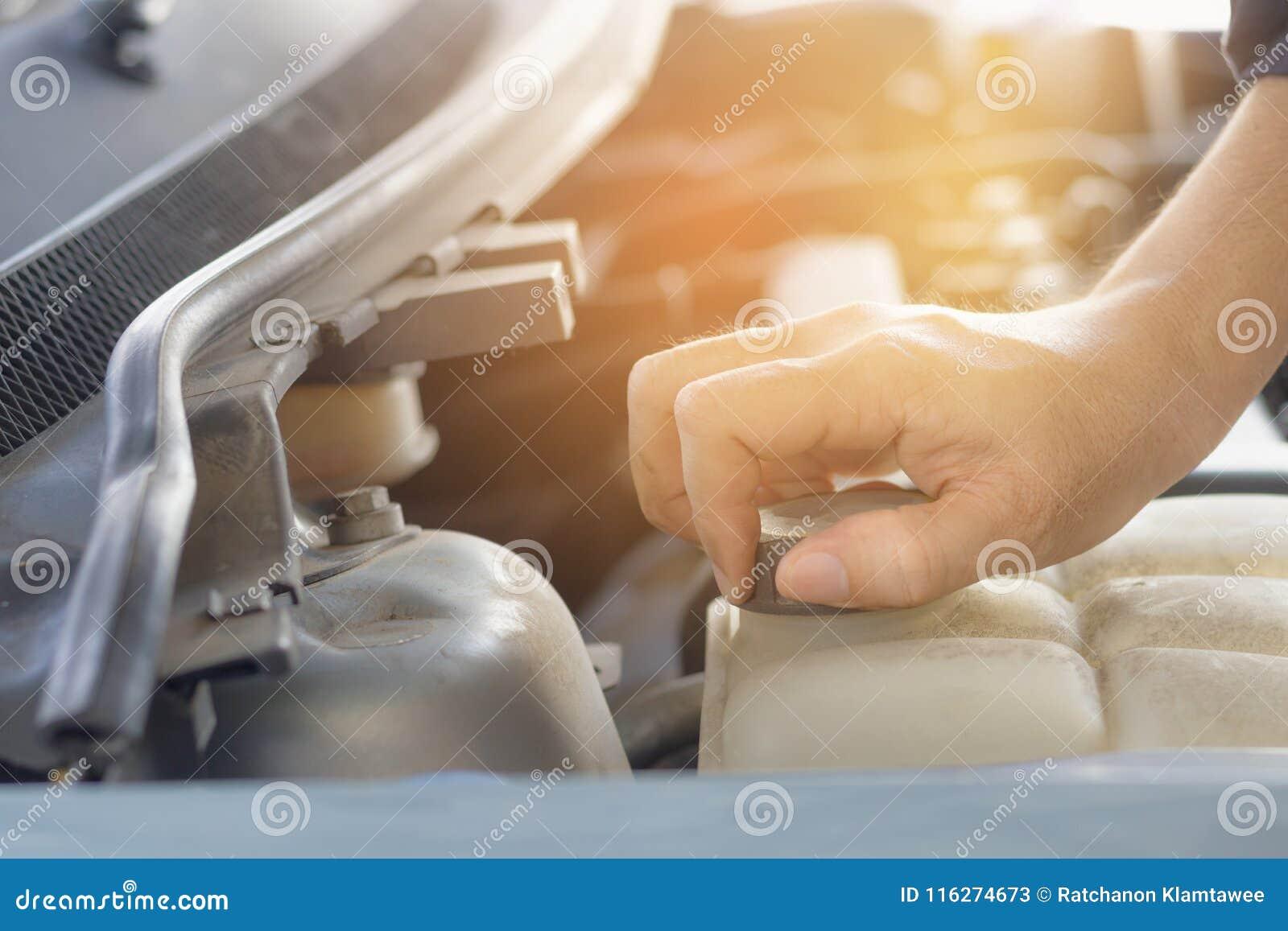 Рука цистерны с водой крышки человека открытой автомобиля для обслуживания