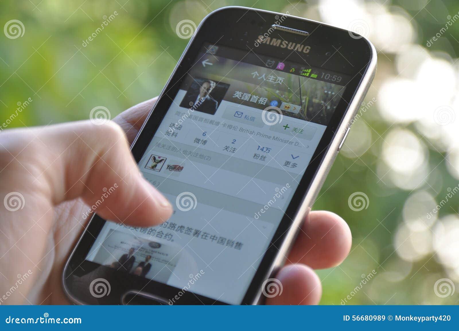 Рука человека держа smartphone