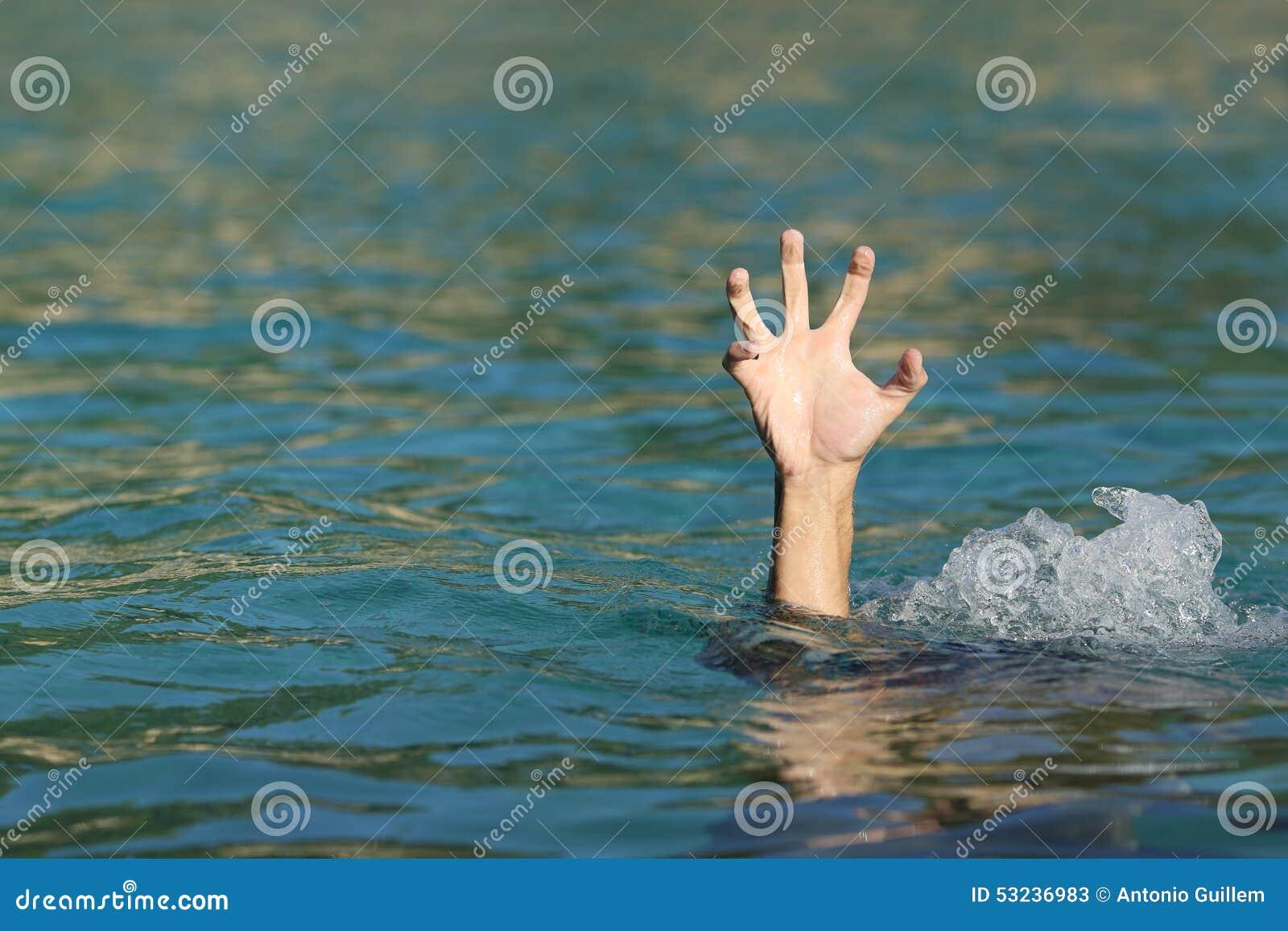 Рука человека тонуть в море