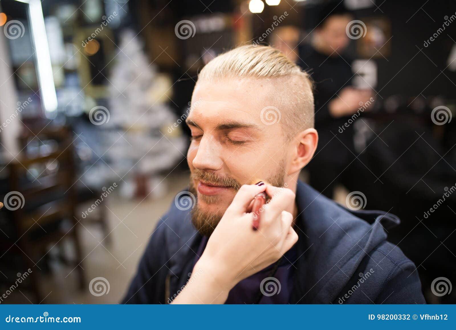 Download Рука Beautician кладя состав на человека Стоковое Фото - изображение насчитывающей оборудование, горизонтально: 98200332