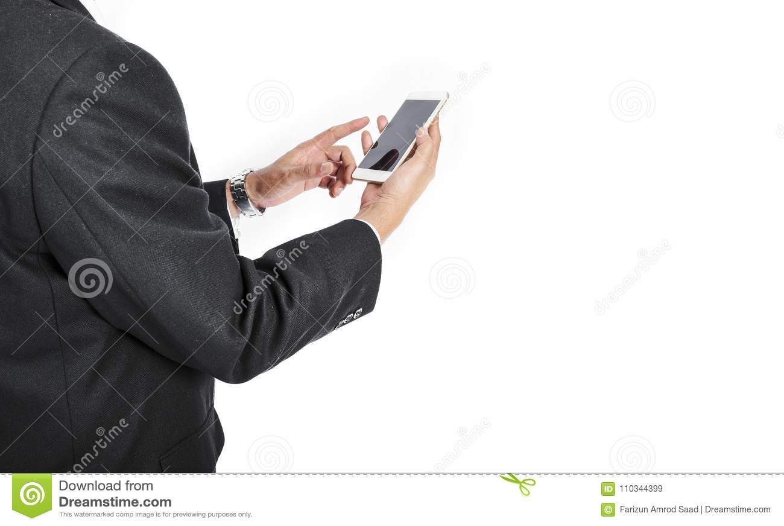 Рука Bussinessman держа белую таблетку с пустым черным экраном -