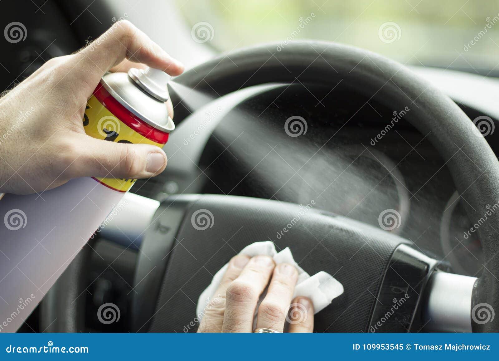 Рука ` s человека прикладывает брызг rinse на арене автомобиля