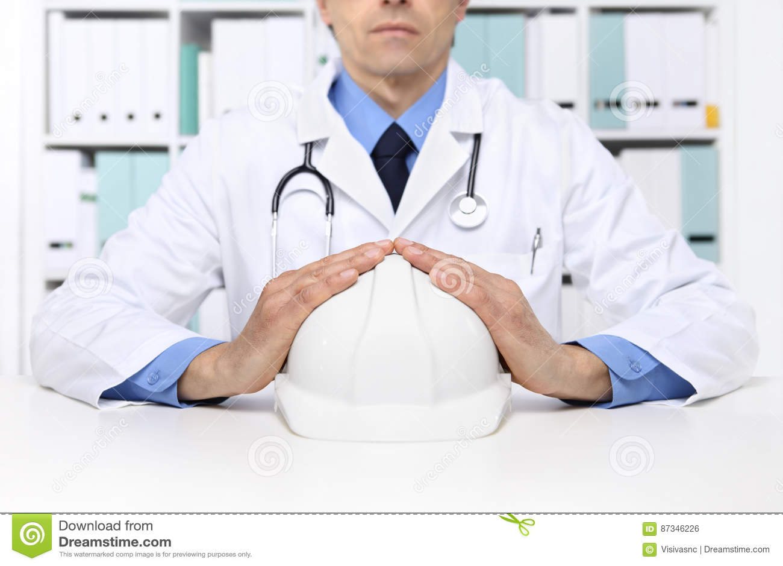Руки врачуют защищают работника шлема, медицинского жулика медицинской страховки