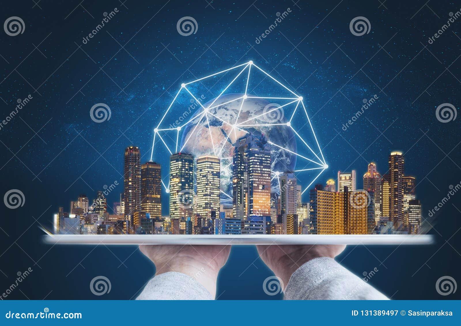 Руки держа цифровой планшет с современным hologram технологии соединения глобальной вычислительной сети зданий Элемент этого изоб