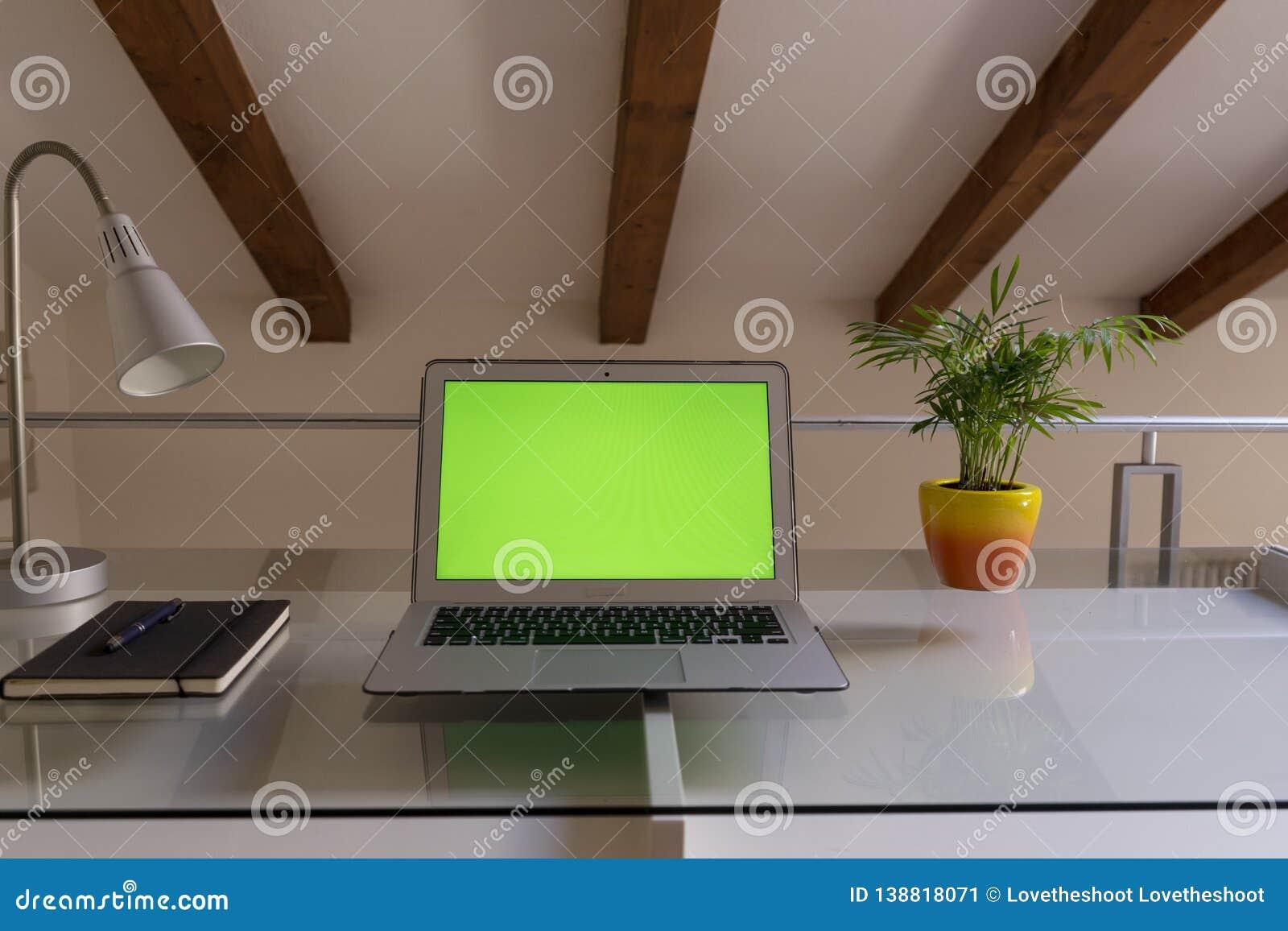 Руки домашнего офиса на компьютере