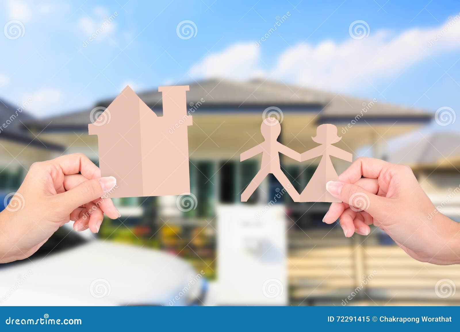 Download Руки держа бумаги семьи на домашней предпосылке Стоковое Изображение - изображение насчитывающей имущество, рука: 72291415